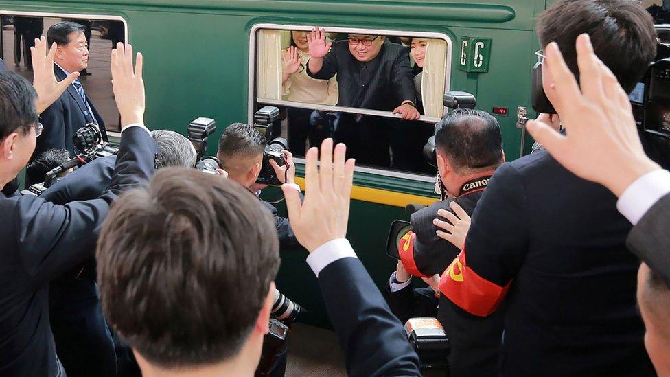 Esta imagen, distribuida por la Agencia Oficial de Noticias de Corea del Norte (KCNA) muestra a Kim Jon-un saludando desde su tren cuando se preparaba para salir desde la estación de Pekín.