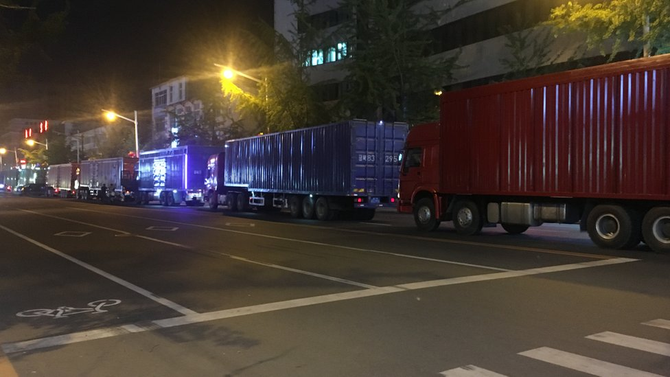來自朝鮮的貨車排隊進入丹東關稅區