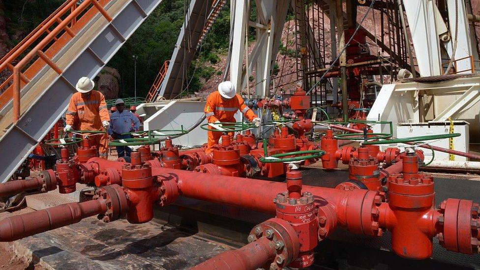 En 2006, el gobierno renegoció los contratos de explotación de hidrocarburos con las multinacionales extranjeras.