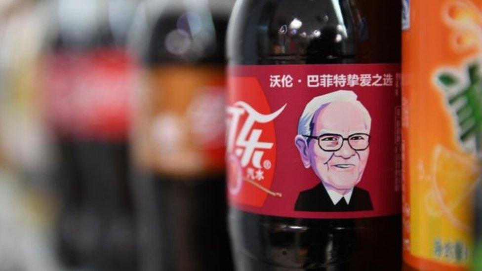 巴菲特在中國聲名顯赫,他的頭像被印上了櫻桃味的可口可樂瓶身