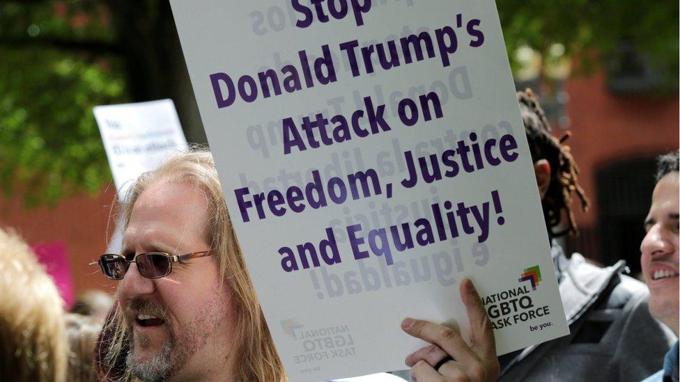 Manifestante en contra de Trump