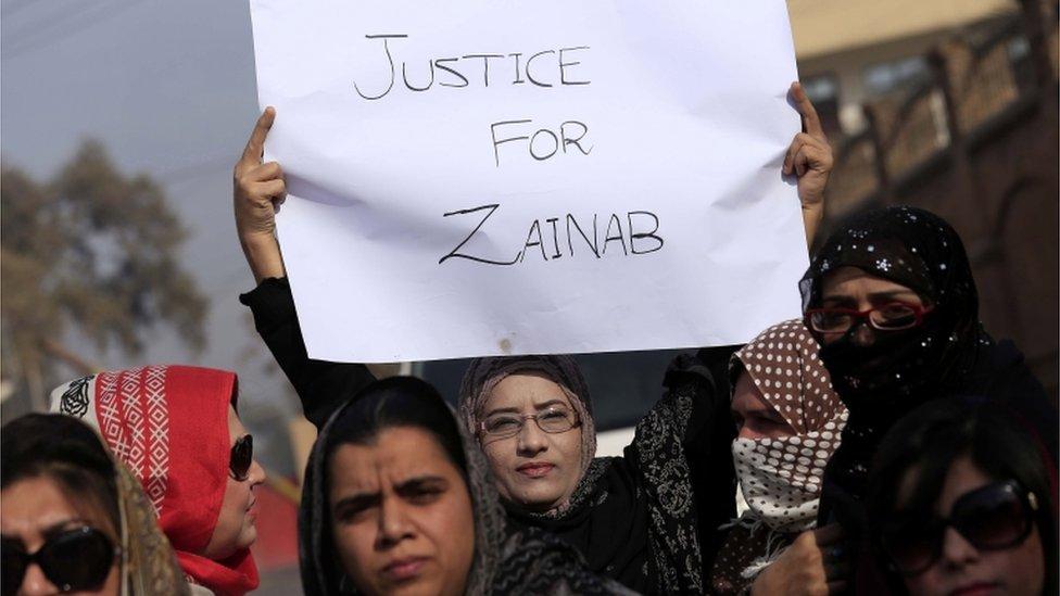 Mujeres en manifestación en Kasur para pedir justicia para Zainab.