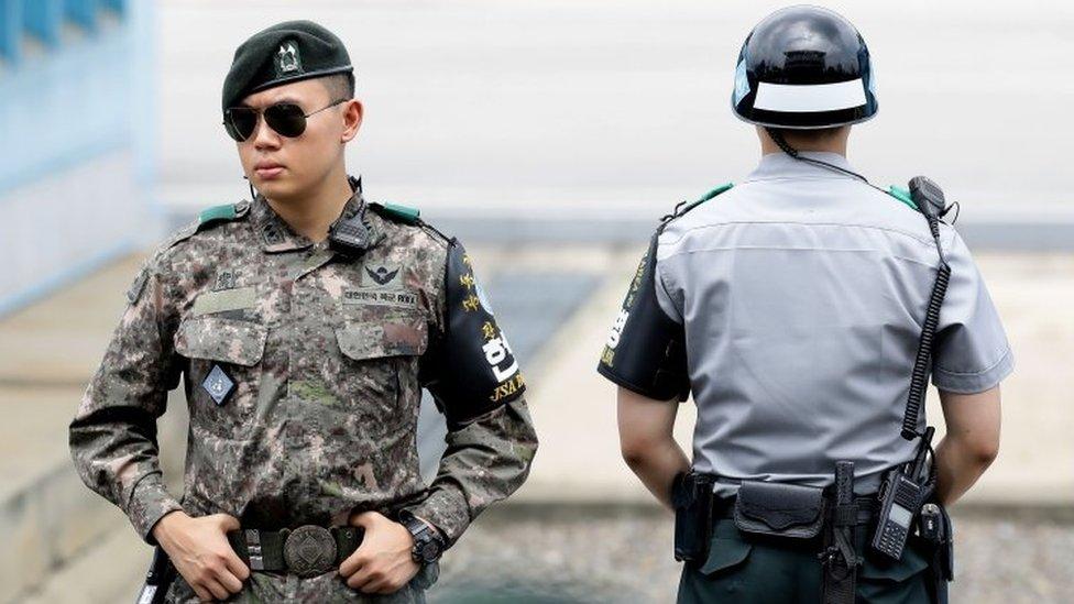 Soldados surcoreanos patrullan una localidad fronteriza