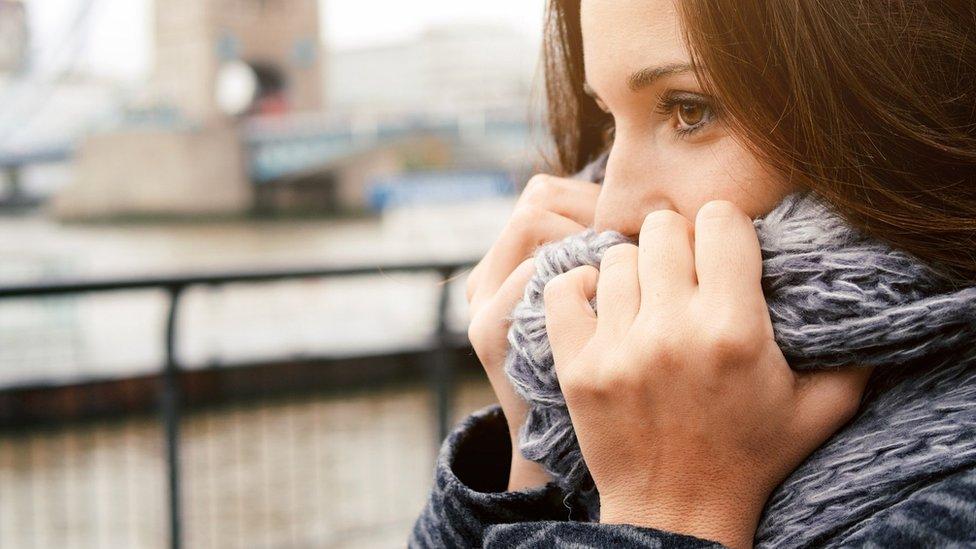 Mujer con una bufanda