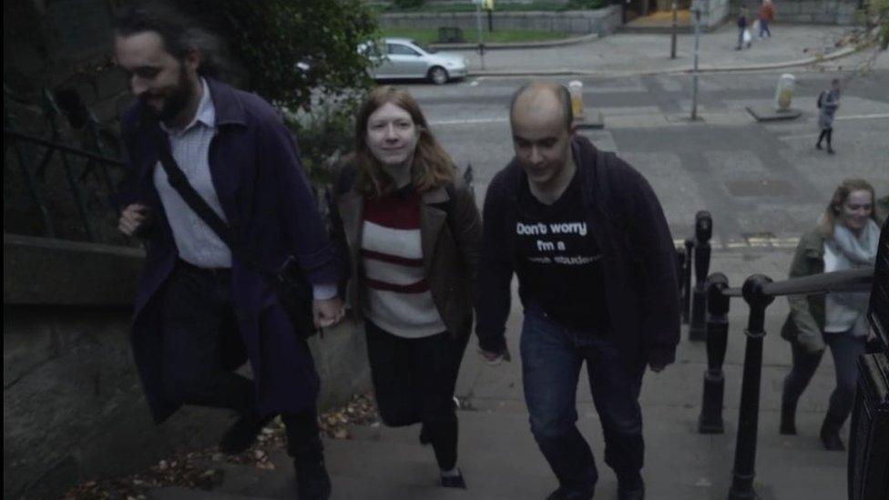 Morgan, Noni y Oliver subiendo unas escaleras de la mano. Foto: BBC.