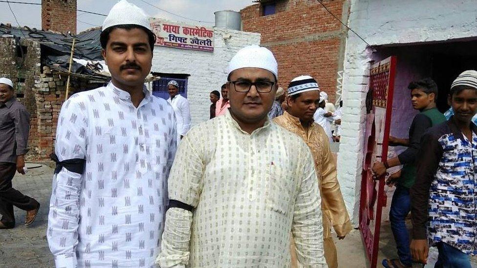 ملک کے بہت سے علاقوں میں آج مسلمانوں نے کالی پٹیاں پہن کر عید کی نماز ادا کی