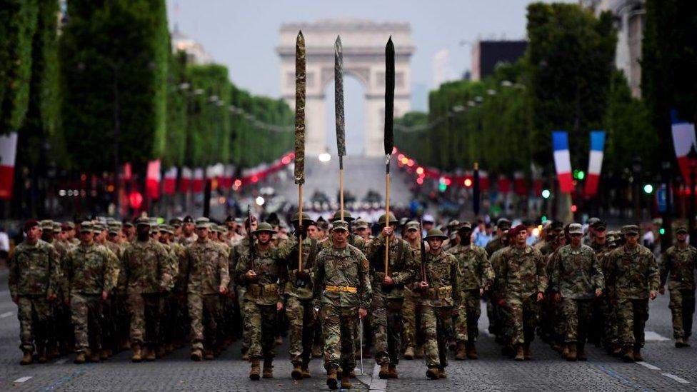 Esta semana, los soldados estadounidenses han estado practicando para su desfile por los Campos Elíseos.