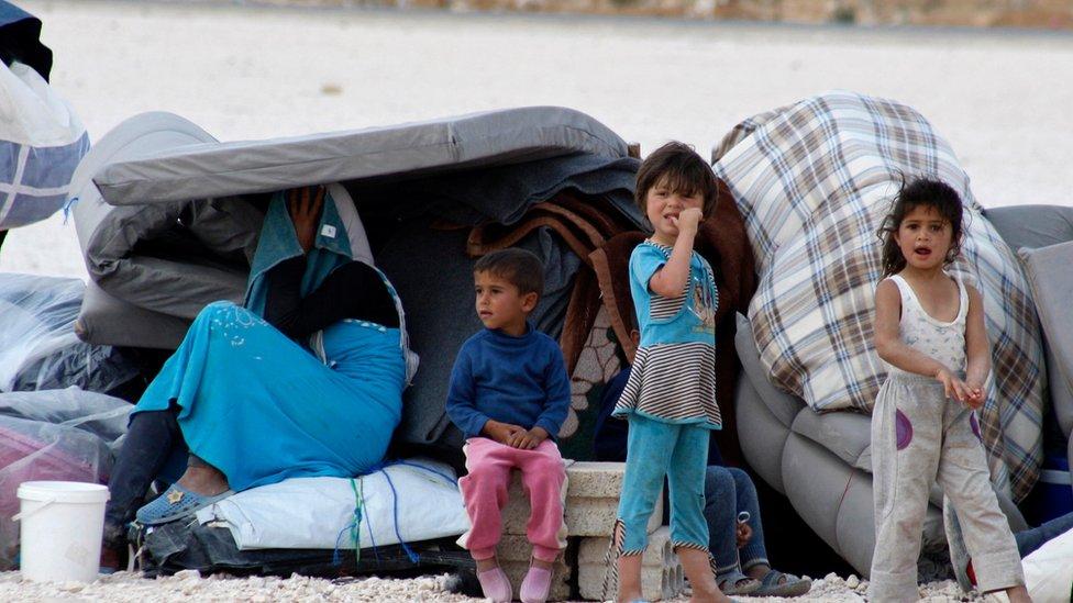 لاجئون من سوريا في مخيم مؤقت