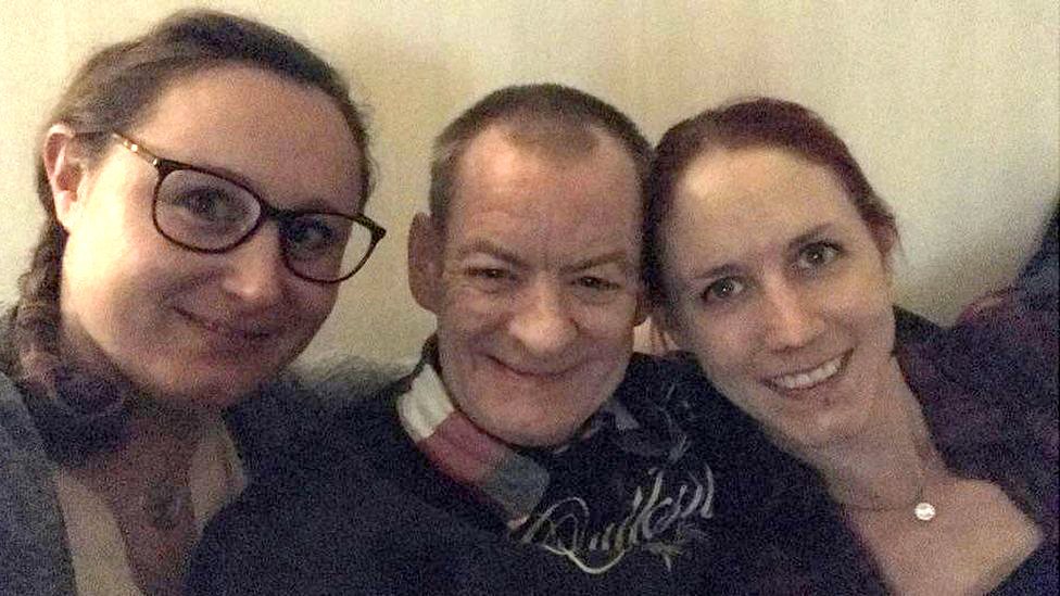 Jimmy Fraser con Annis Lindkvist y Emma Ahlstrom.