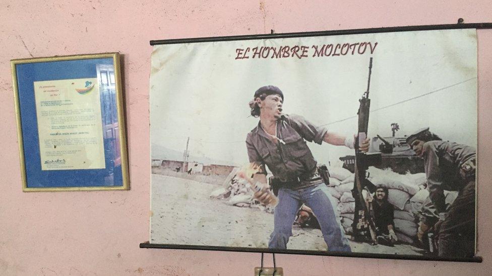La foto del hombre molotov que cuelga en la pared de la casa de Bareta.