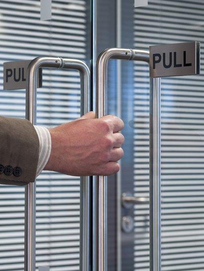 Puerta con una señal que dice
