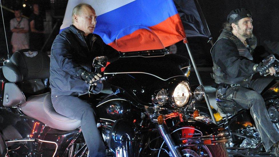 普京在南部的新羅西斯克,與夜狼隊同赴電單車節