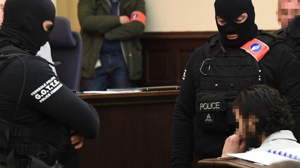 Підозрюваний в організації нападів у Парижі відмовився свідчити