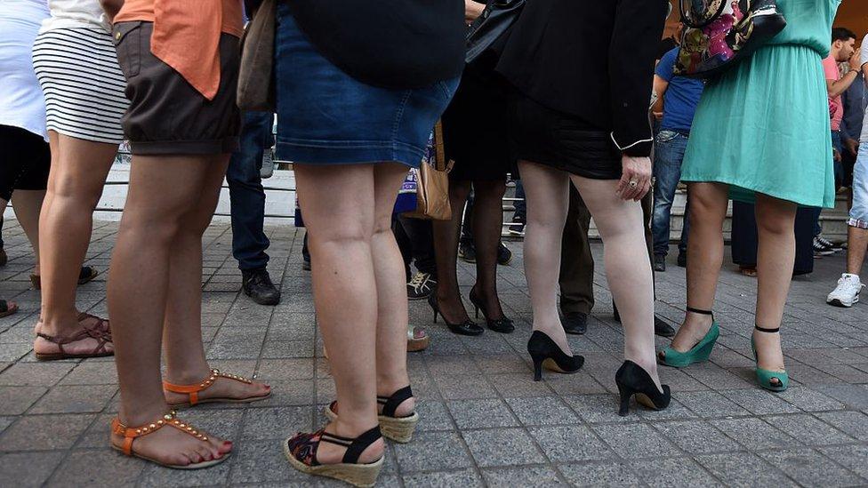 Mujeres vestidas con faldas