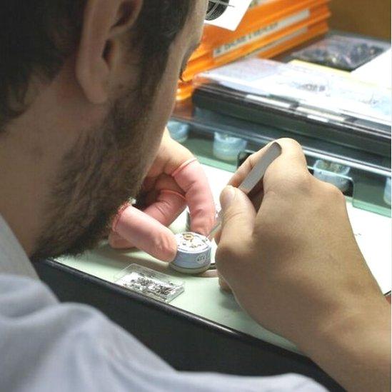 1724729c0c87 Un fabricante de relojes ensamblando los diseños de la Fiona.