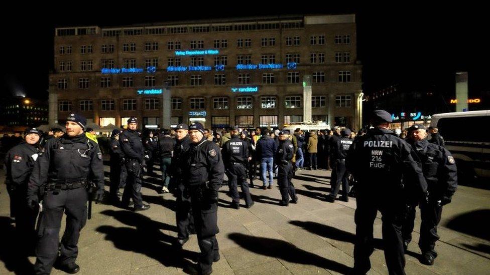 رجال شرطة أمام محطة القطارات