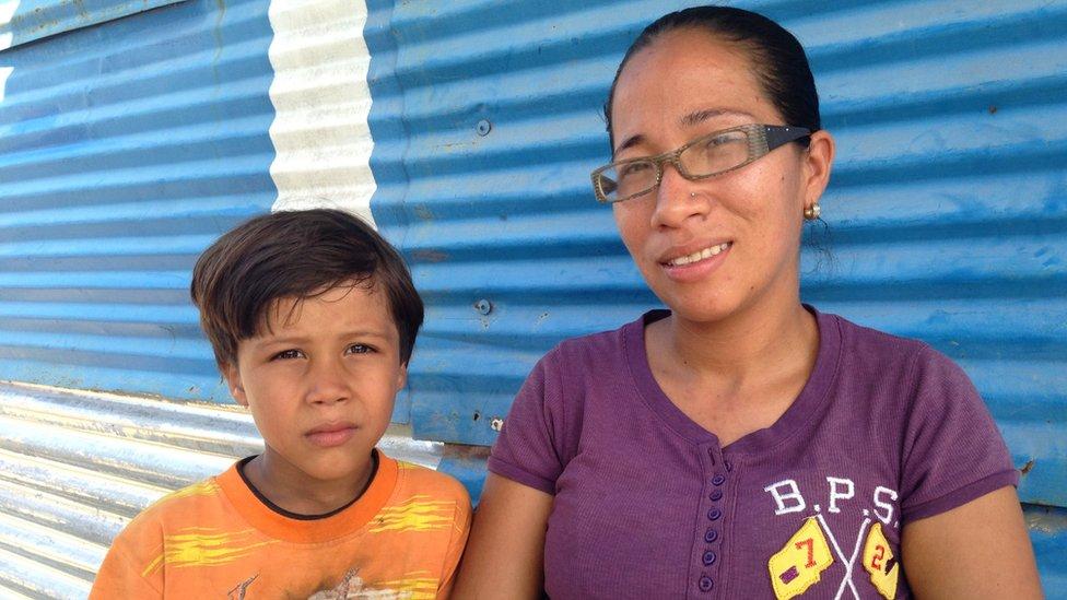 Darnellys Rodríguez con uno de sus hijos.