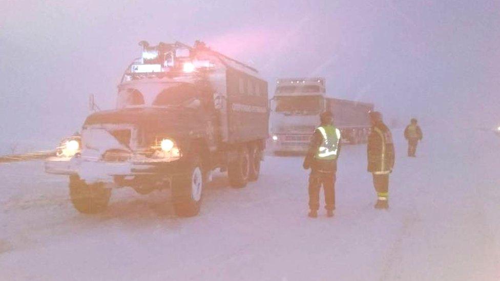 Поліція попереджає про 40-сантиметровий шар снігу на дорогах