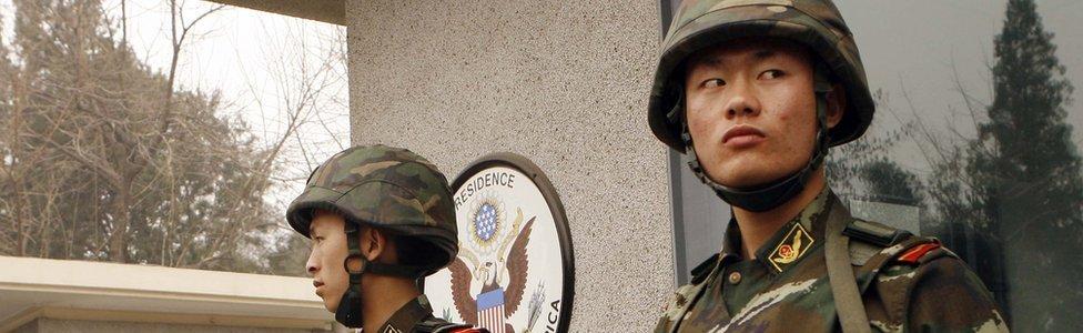 Policías chinos resguardan la entrada de la embajada de Estados Unidos en Pekín.