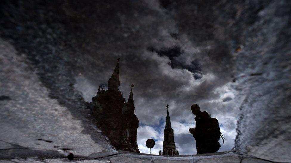 Un hombre camina en medio de la nieve en Moscú
