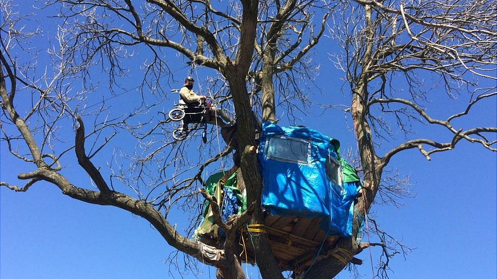 Dipton opencast mine protesters brought down from tree