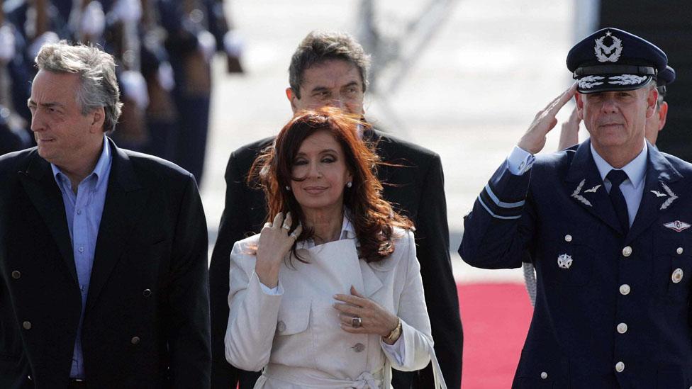 Néstor y Cristina Kirchner gozaron de la popularidad tras la recuperación económica. Pero muchos los recuerdan como corruptos. La exmandataria, hoy candidata al senada, está procesada por varios cargos.