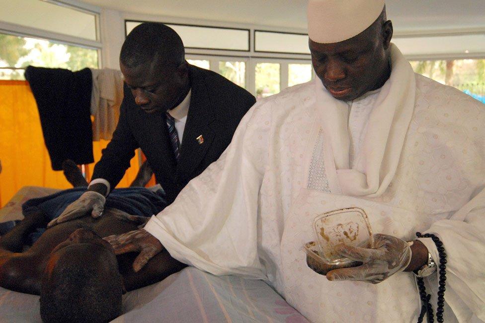 Yahya Jammeh administra su poción de hierbas a un paciente en 2007.