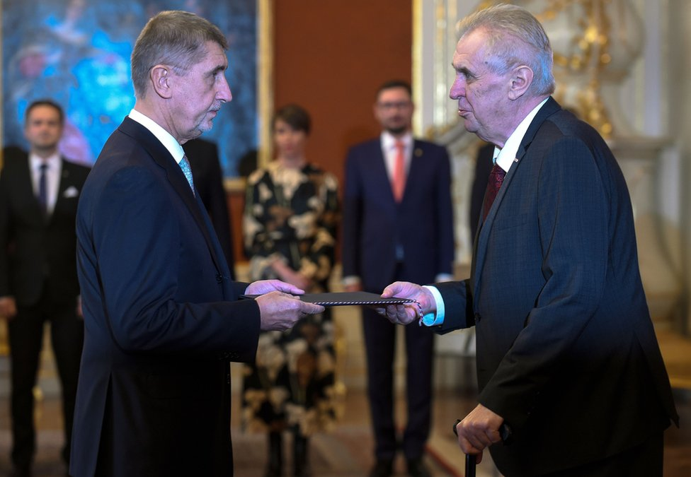 El aliado político de Zeman, el recién nombrado primer ministro Andrej Babis (izq), apoya la visión del mandatario.