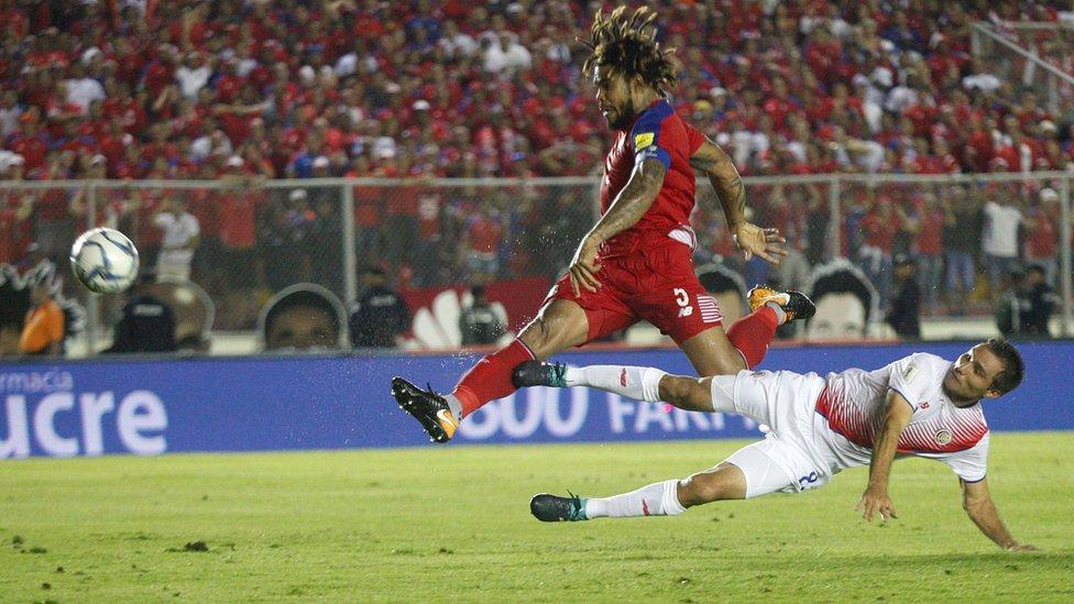 """Román Torres le pega con el alma de todos los aficionados """"canaleros""""."""