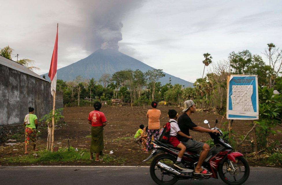 Gente mirando el Volcan Agung en Bali