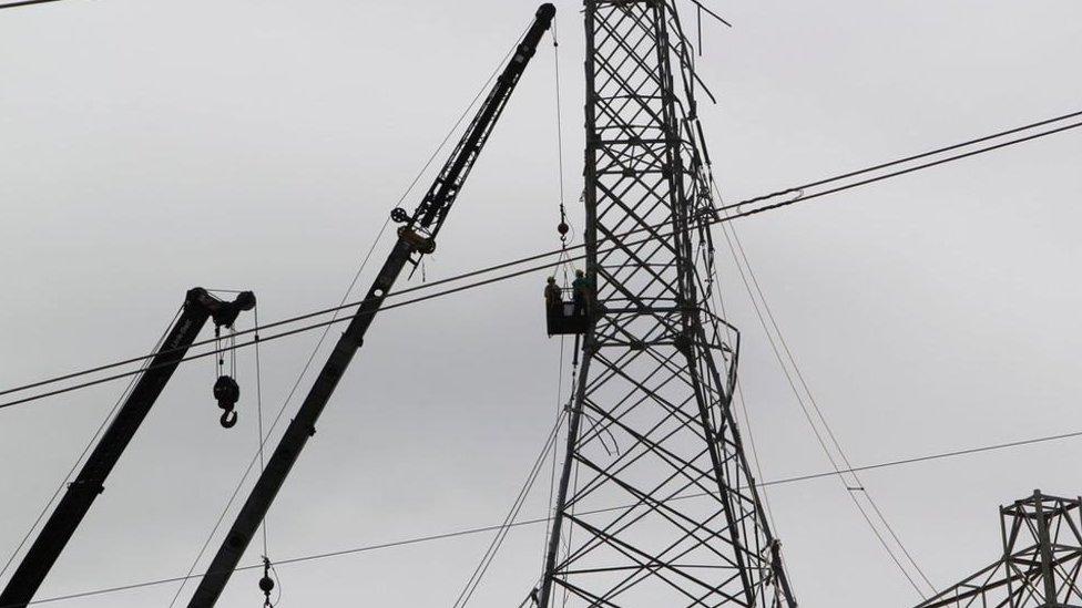 Trabajadores reconstruyen la red eléctrica de Puerto Rico