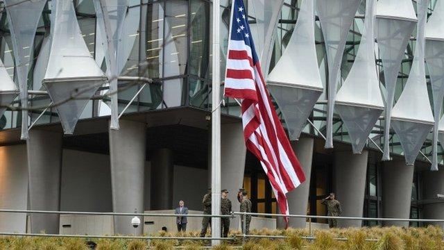 La bandera de EE.UU. ya ondea en el nuevo edificio.