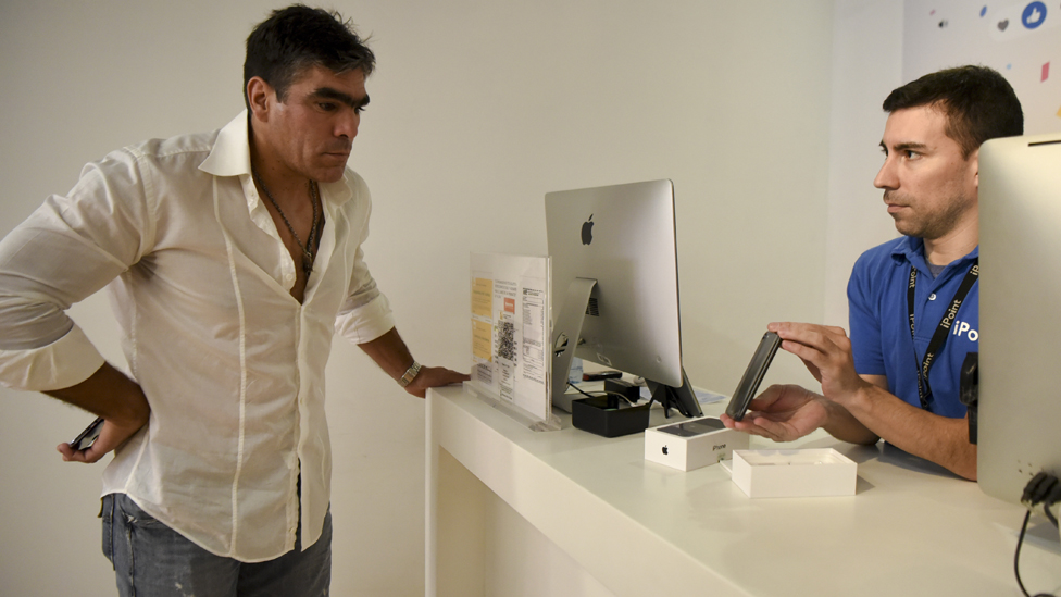 Hay quienes optan por ir a Estados Unidos en lugar de comprar Apple en Argentina, porque sale al mismo precio.