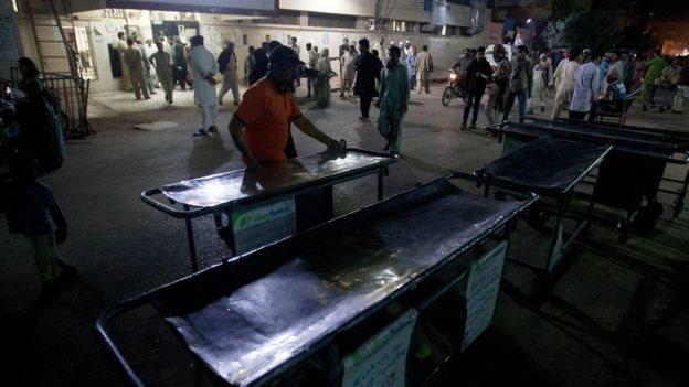 ترتيبات استعجالية لاستقبال المصابين خارج أحد المستشفيات خارج كراتشي