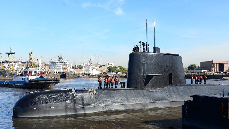 El San Juan con su tripulación en la superficie.
