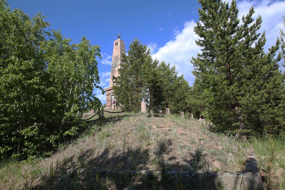 """La inscripción en el obelisco lee: """"Gloria a los patriotas que fueron torturados por las fuerzas intervencionistas en la isla de Mudyug"""". (Foto: Kirill Iodas)"""
