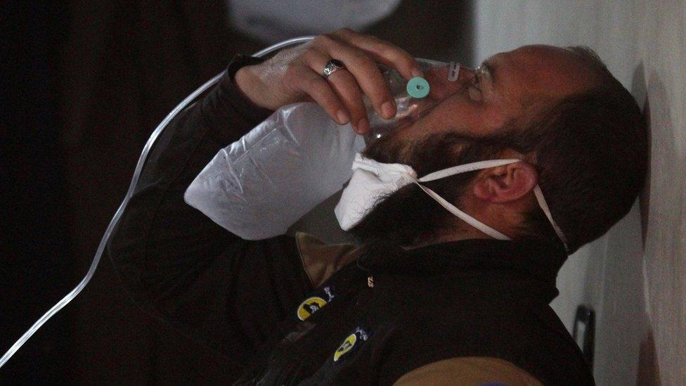 Un hombre recibe oxígeno tras el presunto ataque químico