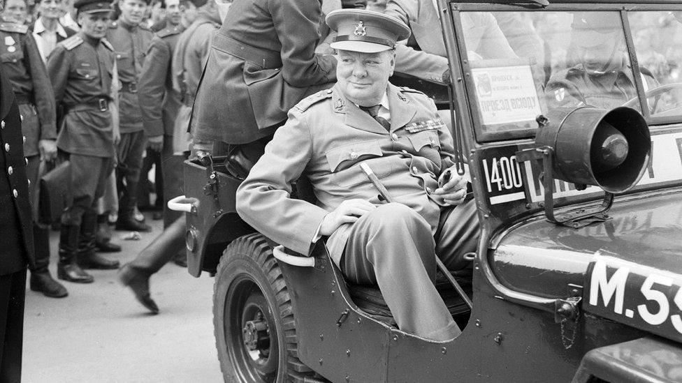 ونستن تشرتشل في جولة في برلين على متن سيارة جيب في يوليو / تموز 1945