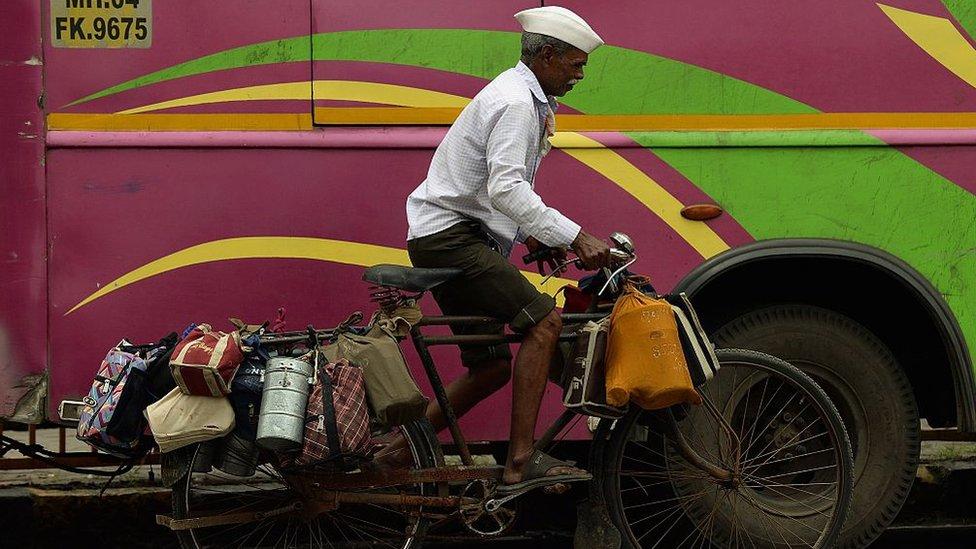 Los dabbawalas de Bombay llevan comida caliente a donde quiera que haga falta.