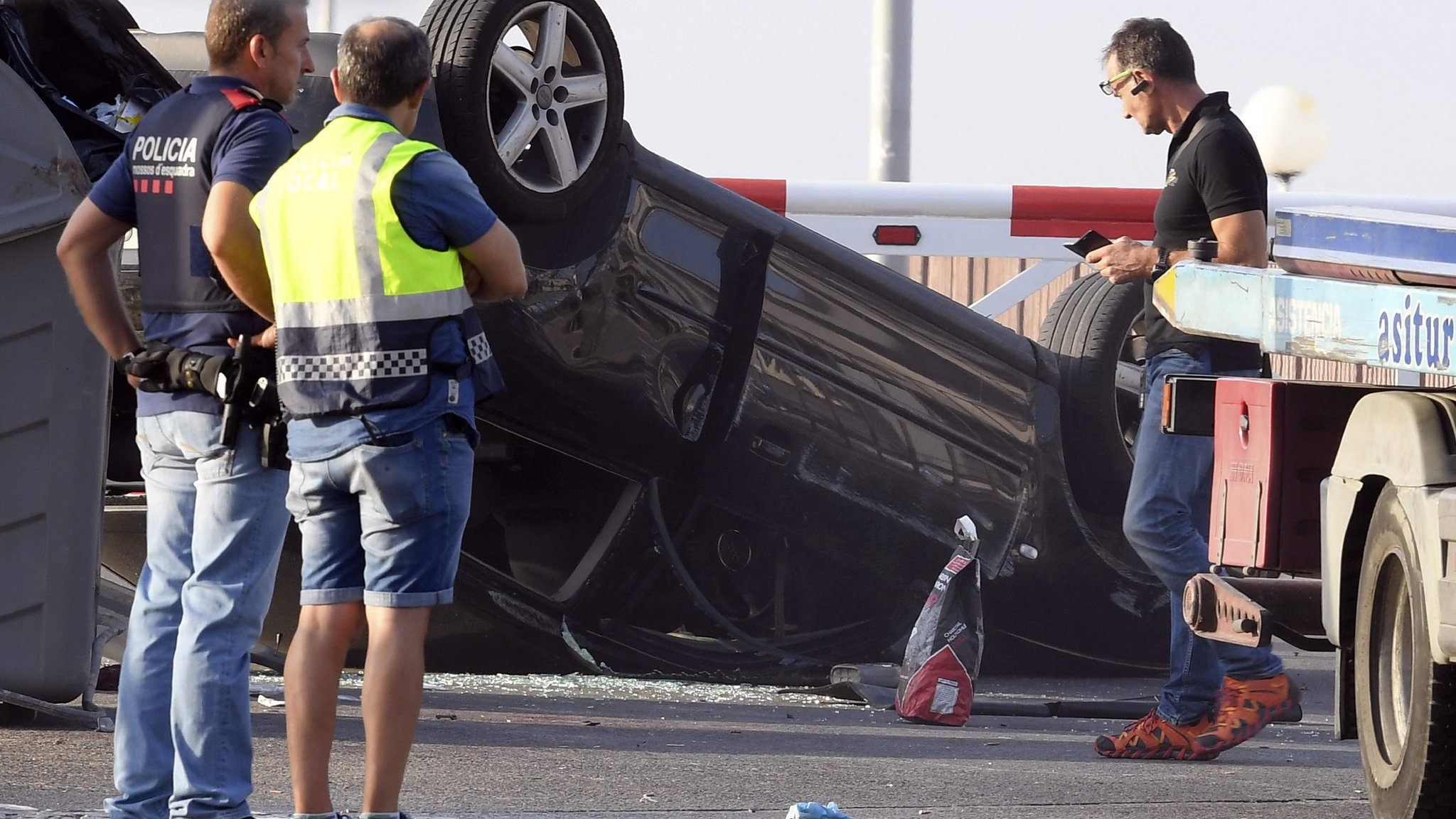 Spain attacks: One police officer killed four Cambrils suspects