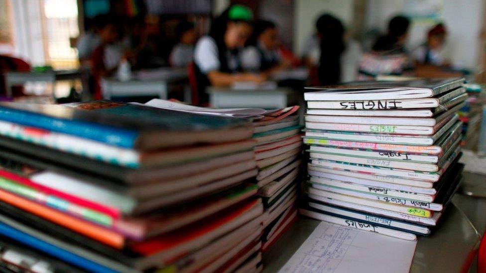 Cuadernos de inglés en un salón de clase.