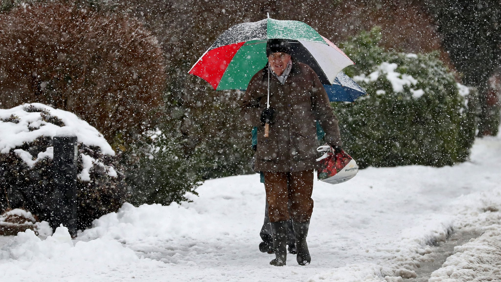 UK snow: Ice warning as commuters face delays