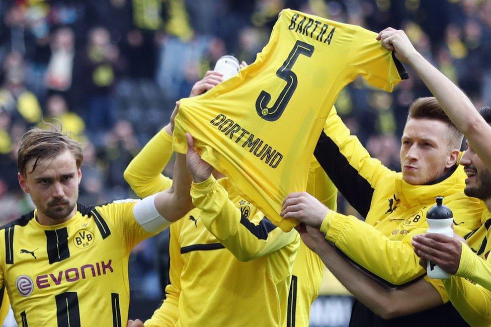 Después de ganar el partido de la Bundesligia contra el Eintracht Frankfurt el 15 de abril, los jugadores del Dortmund sostienen en alto la camiseta de su compañero Marc Bartra, herido en el ataque al bus del club el 11 de abril.