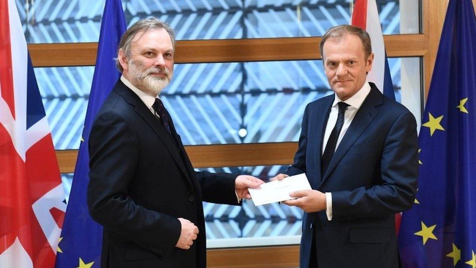 Tim Barrow entrega la carta a Donald Tusk