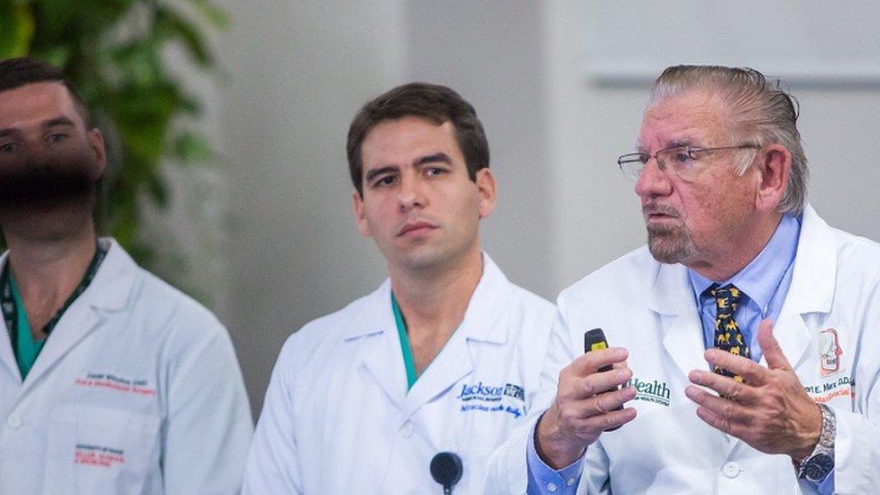 Marx y equipo de cirujanos