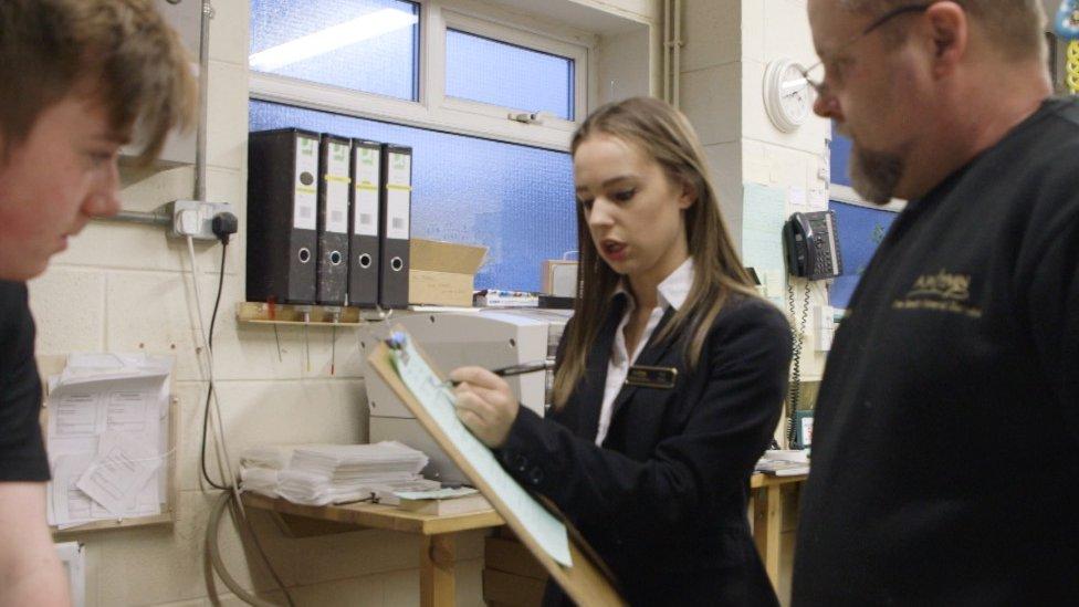 Ellie trabaja en una funeraria en la ciudad de Nottingham, Reino Unido.