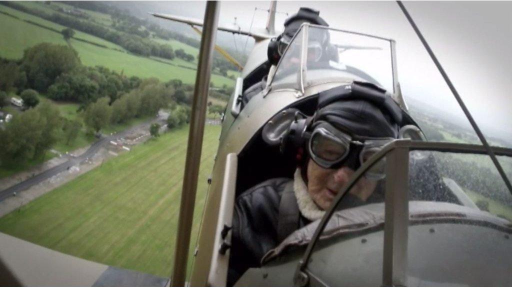 Dying WW2 veteran Sandy Saunders in 'last flight'