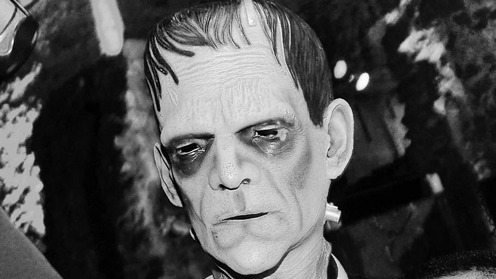 Un actor con una máscara del monstruo de Frankenstein
