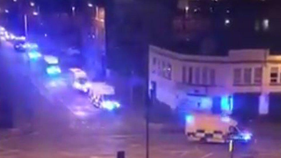Patrullas y ambulancias circulan por Manchester