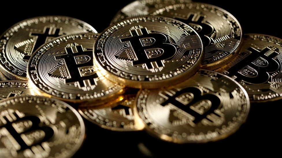 Los monederos físicos almacenan criptomonedas bajo una clave privada sin estar conectados a internet.